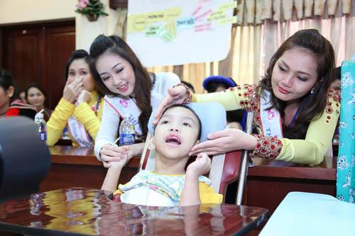Thí sinh Hoa hậu dân tộc trìu mến bên trẻ em khuyết tật