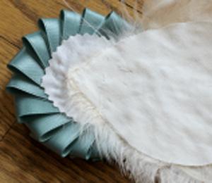 Mách bạn cách làm cài áo lông vũ thật đẹp