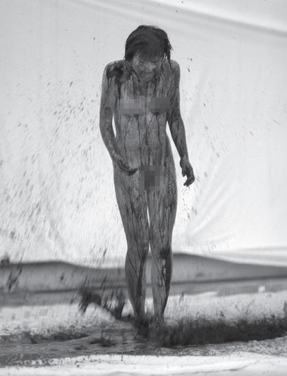 Nữ sinh nude cứu bà tiếp tục gây sốc bằng ảnh khoe da thịt