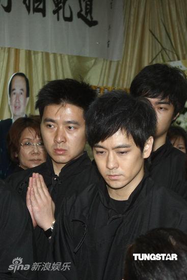 Lâm Chí Dĩnh và vợ đưa tiễn cha