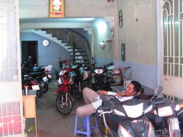 1 cửa hàng bị mất trộm hơn chục xe gắn máy - Hình 1