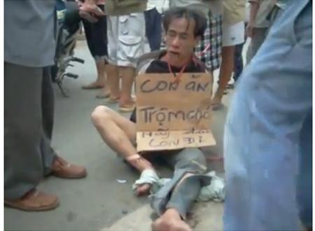 Trộm chó, bị đánh đập, treo biển mang ra chợ... thị uy
