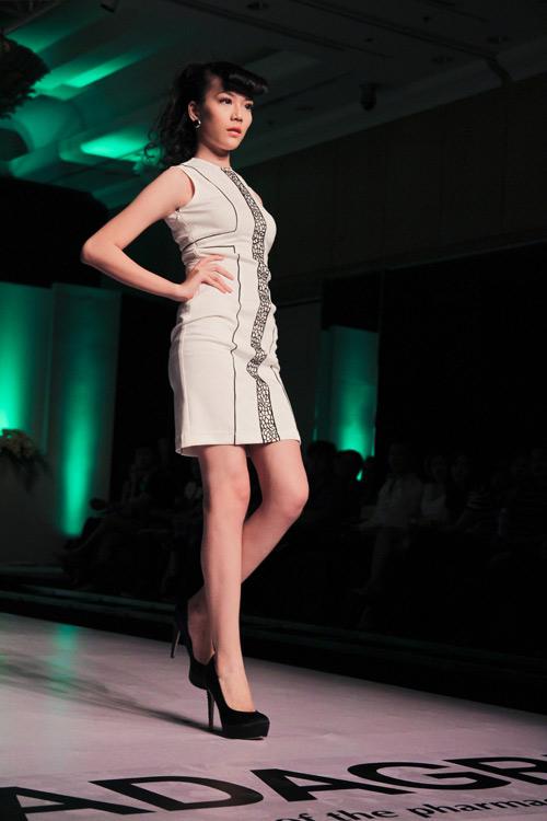 Chân dài 16 tuổi tự tin sải bước cùng các siêu mẫu - Hình 7