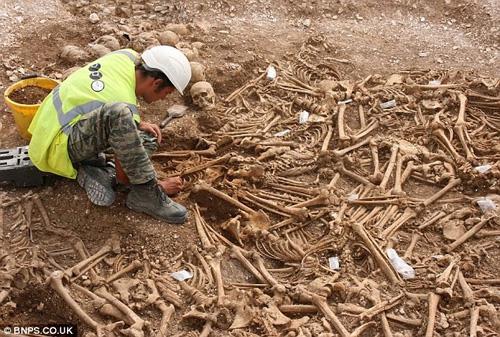 Bí ẩn danh tính 54 bộ xương không đầu - Hình 1