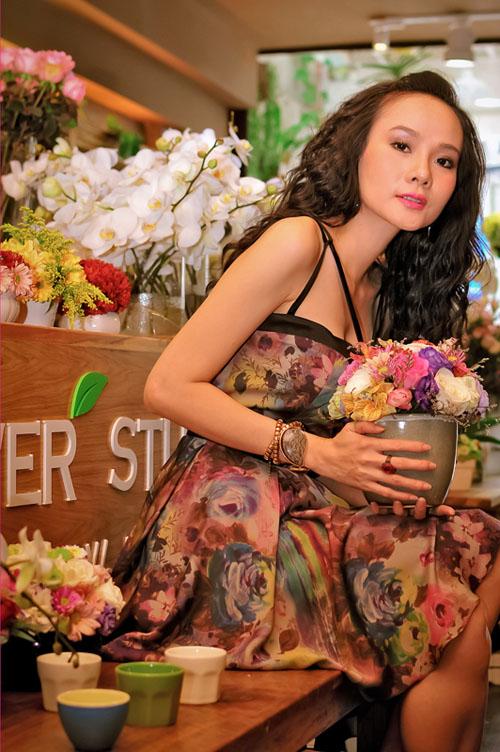 Dương Yến Ngọc tinh nghịch giữa shop hoa - Hình 1
