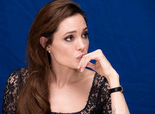 Jolie khóc khi làm xong bộ phim buồn - Hình 1