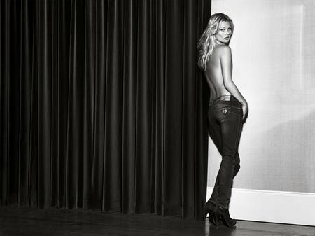 Kate Moss cởi áo khoe... quần - Hình 1