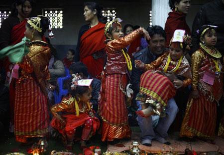 Lễ cưới với thần trái cây kỳ lạ của các bé gái Nepal - Hình 1