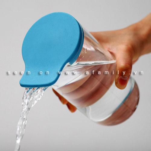 Nắp thông minh giúp bảo vệ và đổ chất lỏng thật dễ dàng - Hình 1