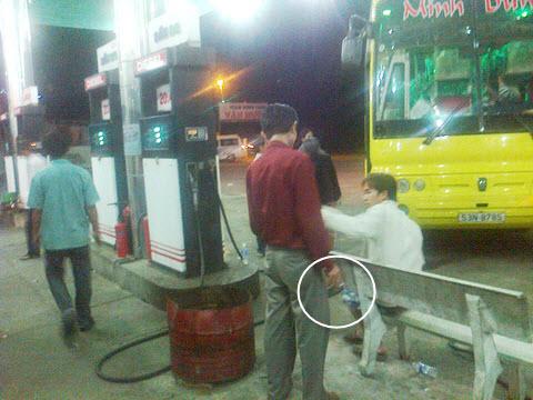 Vô tư đốt thuốc cháy đỏ ngay trạm xăng dầu - Hình 1