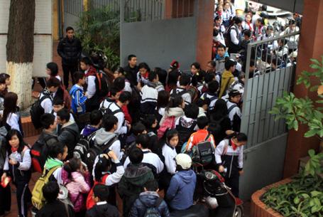 Giao thông hỗn loạn tại trường tổ chức học 2 ca - Hình 1
