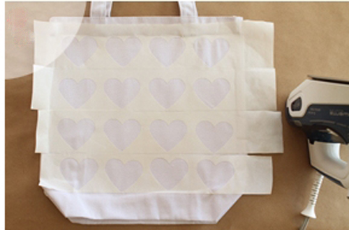 Trang trí túi xách với hình trái tim vừa đẹp vừa dễ