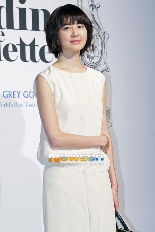 Uhm Jung Hwa lấn át đàn em vì vẻ gợi cảm