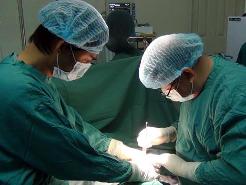 Nữ Việt kiều suýt mất mạng vì bơm ngực - Hình 1