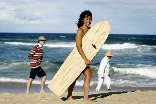 Sốt: Mỹ nữ khỏa thân lướt sóng - Hình 1