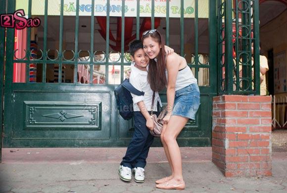 Tuổi 18 Văn Mai Hương tung tăng bên em trai - Hình 1