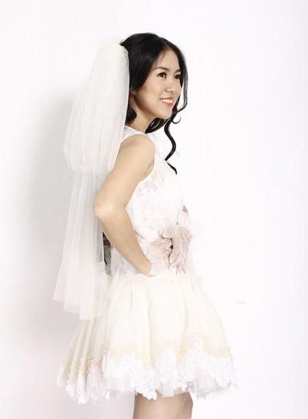 Vợ Quách Ngọc Ngoan khoe bầu trong váy cưới
