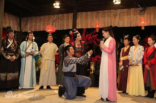 """Ngô Kỳ Long quỳ gối cầu hôn mỹ nhân của """"Tân Bạch Phát Ma Nữ"""""""