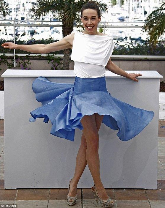 Sao nữ cố tình tung váy để lộ vòng ba tại LHP Cannes - Hình 1