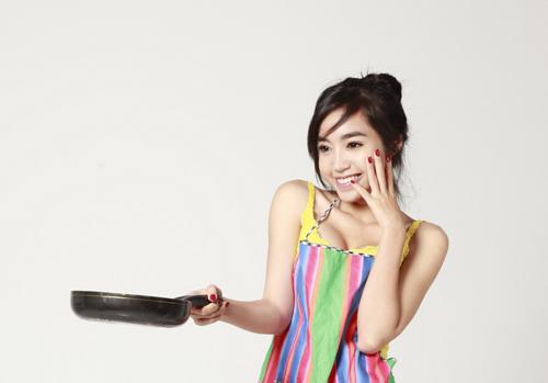 Elly Trần sexy làm bếp - Hình 15