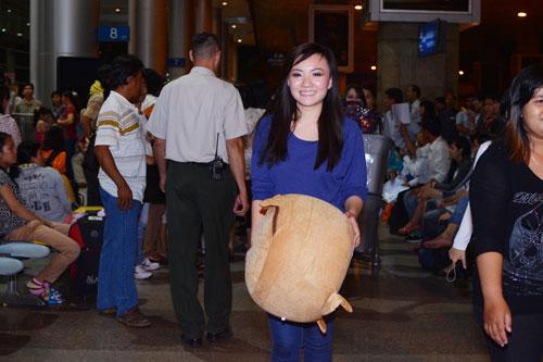 Xuân Mai về Việt Nam lúc đêm khuya