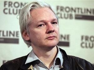 Mẹ Assange tới Ecuador để xin cho con trai tị nạn