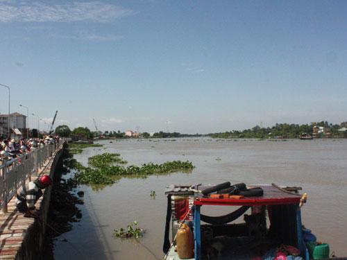Lật thuyền trên sông Sài Gòn, 1 người mất tích - Hình 1