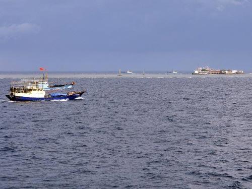 Tàu Trung Quốc ngang ngược đánh cá tại Trường Sa - Hình 1