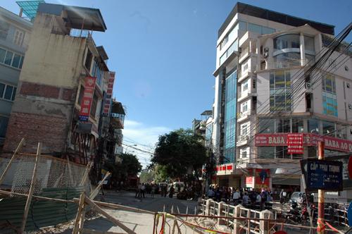 Hà Nội: Cưỡng chế giải tỏa nhà nghiêng 4 tầng chờ sập - Hình 1