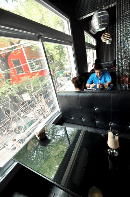 Tiệm trà sữa mang phong cách... quán bar