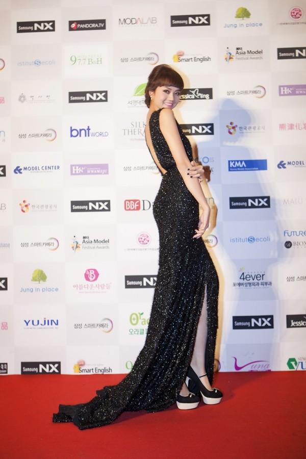 Người mẫu Việt lộng lẫy chụp ảnh cùng DBSK