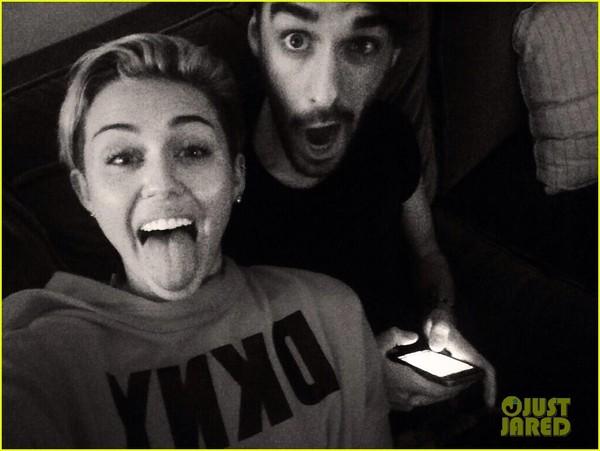 Miley Cyrus ôm ngực trần trong phim tài liệu - Hình 6