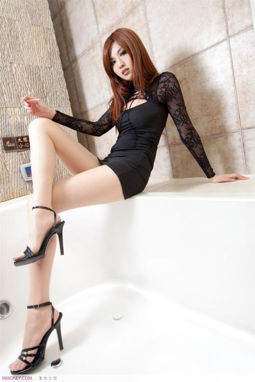 Ảnh girl xinh chân dài thon thả trong bồn tắm - Hình 5