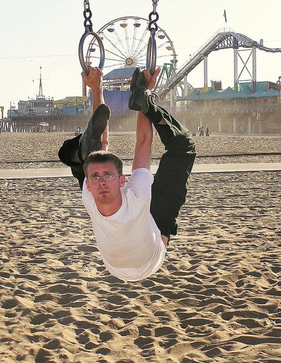 Người cao su quay thân 180 độ như không xương