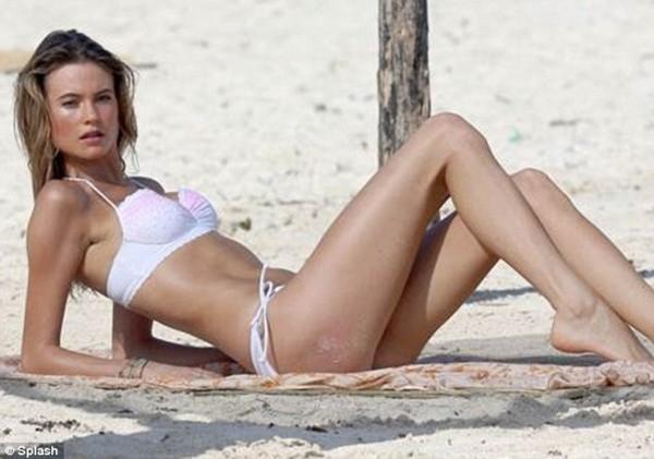 """Vợ chưa cưới của Adam Levine khoe dáng """"ngọt"""" với bikini"""