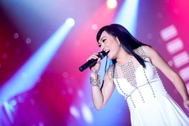 Phương Thanh lần đầu khoe con gái trên sân khấu - Hình 2