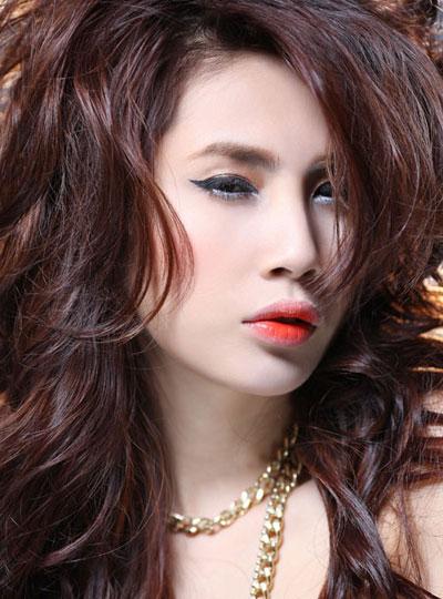3 phong cách make-up ghi dấu Thủy Tiên