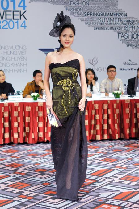 Hoàng Anh xinh tươi với váy áo xuân hè 2014