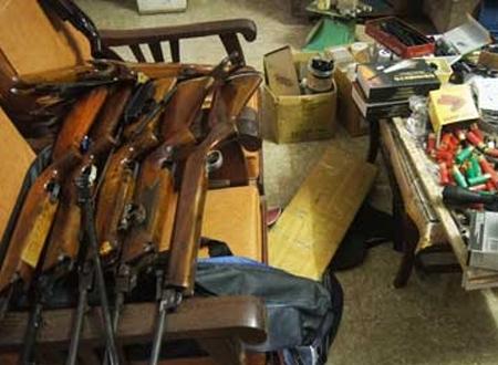 Bình Dương: Chứa cả kho vũ khí trong phòng ngủ - Hình 1