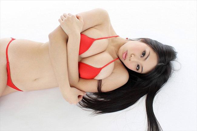 Mỹ nữ Fumuna Suzuki khoe vòng 1 ngoại cỡ