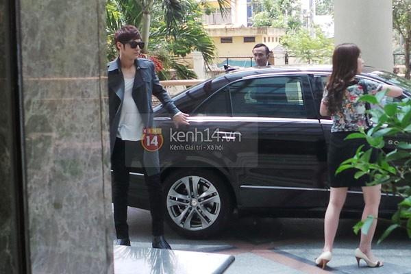 Cận cảnh nụ cười rạng rỡ của Kim Bum khi check-in khách sạn