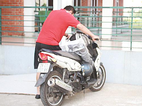 HLV trưởng U23 Việt Nam cưỡi xe máy đi tập trung đội tuyển - Hình 1