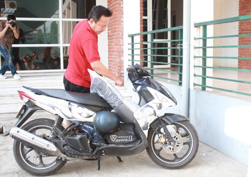 HLV trưởng U23 Việt Nam cưỡi xe máy đi tập trung đội tuyển - Hình 2