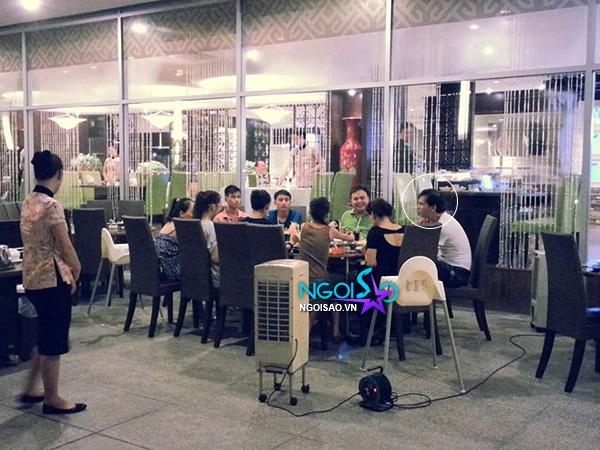 Độc: Vắng mẹ Hà Hồ, Subeo và bố quây quần đi ăn cùng ông bà ngoại - Hình 11