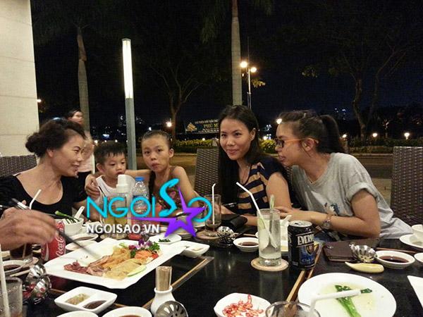 Độc: Vắng mẹ Hà Hồ, Subeo và bố quây quần đi ăn cùng ông bà ngoại - Hình 7