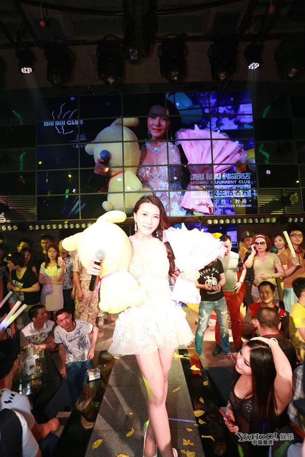 Dâm phụ Phan Kim Liên mặc xuyên thấu, lăn lộn trên sân khấu