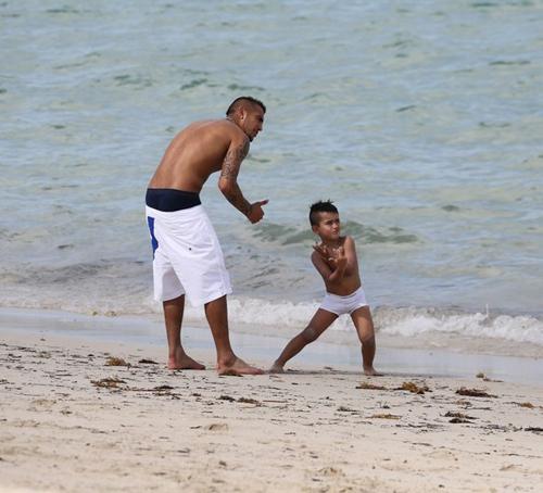 Quý tử của sao Juve lém lỉnh trên bãi biển - Hình 1