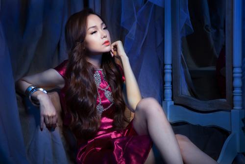 Minh Hằng diện đầm ôm khoe dáng nóng bỏng