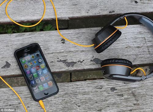 Dùng headphone để sạc pin điện thoại