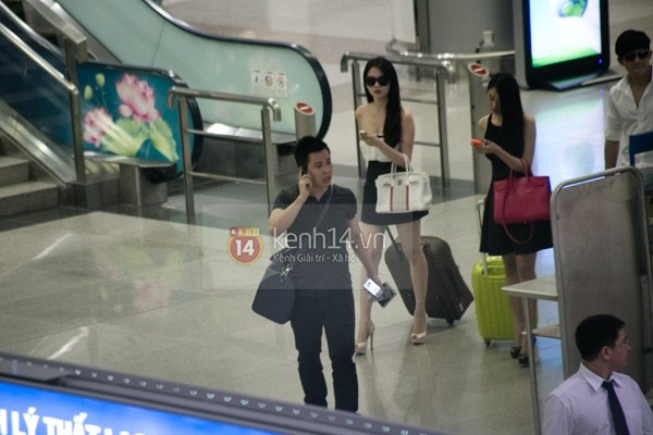 Ngọc Trinh diện váy mát mẻ ở sân bay khi về nước